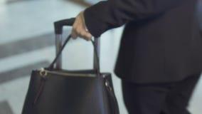 Geschäftsdame mit Koffer stock video footage