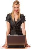 Geschäftsdame mit Laptop Lizenzfreie Stockbilder