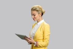 Geschäftsdame mit Tablette, Seitenprofil Stockfotografie