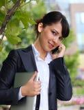 Geschäftsdame mit Telefon Lizenzfreies Stockfoto