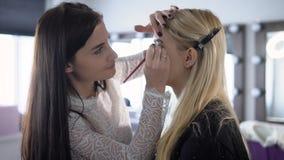 Geschäftsdame vor einer sehr wichtigen Sitzung hat sich entschieden, ein helles und modernes Make-up in zu machen stock video footage