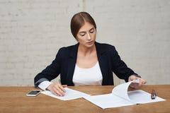 Geschäftsdamen-Lesedaten Lizenzfreie Stockbilder