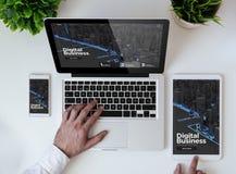 Geschäftsdesignwebsite der Bürotischplatte digitale lizenzfreies stockfoto