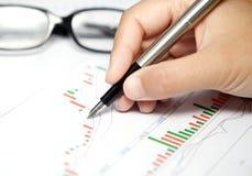 Geschäftsdiagramm, -gläser und -stift Stockfotos