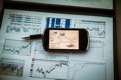 Geschäftsdiagramm mit intelligentem Telefon Lizenzfreie Stockfotos