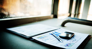 Geschäftsdiagramm mit intelligentem Telefon Stockbild