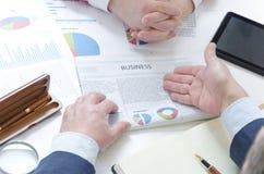Geschäftsdialog zwischen Geschäftsmann und Geschäftsfrau bei der Sitzung, die spätesten Nachrichten wiederholend lizenzfreie stockbilder