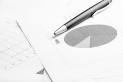 Geschäftsdokument mit Tortendiagramm, Fokus zum Text Verkauf Stockbild