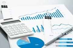 Geschäftsdokument, Taschenrechner und Stift auf grauem Reflexion backgro Stockfoto