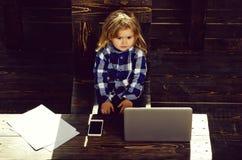 Geschäftserfolg- und -innovation, Kindheit und Glück, Bildung und blogging stockfotos
