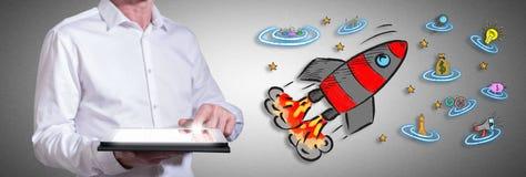 GeschäftserfolgKonzept mit dem Mann, der eine Tablette verwendet Stockbilder
