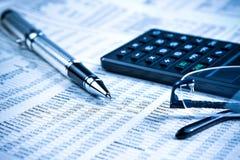 Geschäftsfüllfederhalter, -taschenrechner und -gläser auf Finanzdiagramm Lizenzfreies Stockfoto