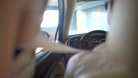 Geschäftsfahrer, der im Auto der Arbeit und des Parkens teuren auf Parkplatz ankommt stock video footage
