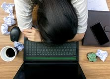 Geschäftsfehler auf dem Schreibtisch Arbeitsdokument lizenzfreie stockfotos