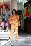Geschäftsfensteranzeige von Kleidung und von Parteikostümen Mannequin gekleidet als berühmter Charakter mit unhöflichen Farben Ba stockfotografie