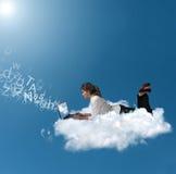 Geschäftsfrau über einer Wolke Stockfotografie