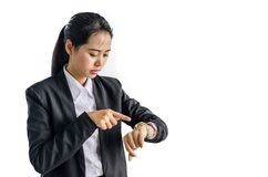 Geschäftsfrau überprüft Zeit auf ihrer Armbanduhr, Zeit, das späte Konzept, lokalisiert auf weißem Hintergrund Lizenzfreie Stockfotografie
