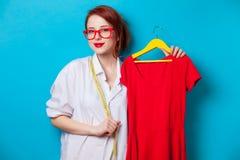 Geschäftsfrau als Startschneider mit Kleidung Stockfotografie