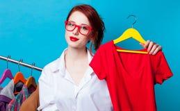 Geschäftsfrau als Startschneider mit Kleidung Stockfoto