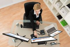Geschäftsfrau Analyzing Financial Data und Diagramm auf Computer Lizenzfreies Stockfoto