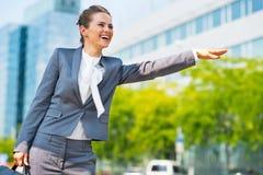 Geschäftsfrau in anziehendem Taxi des Bürobezirkes Stockfotografie