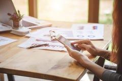 Geschäftsfrau am Arbeiten mit Finanz lizenzfreie stockbilder