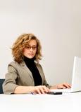 Geschäftsfrau arbeitet mit Laptop Stockbild