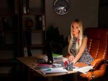 Geschäftsfrau Arbeits-overhours im Büro Lizenzfreies Stockfoto