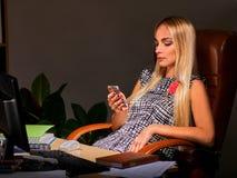 Geschäftsfrau Arbeits-overhours im Büro Stockfotos