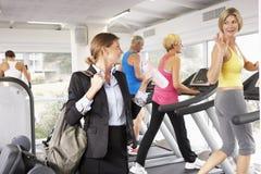 Geschäftsfrau Arriving At Gym nach der Arbeit Stockfotos