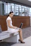 Geschäftsfrau außerhalb der Bürofunktion Stockfoto