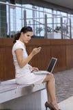 Geschäftsfrau außerhalb der Bürofunktion Lizenzfreies Stockbild