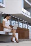 Geschäftsfrau außerhalb der Bürofunktion Stockbilder