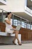 Geschäftsfrau außerhalb der Bürofunktion Stockbild