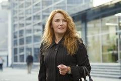 Geschäftsfrau außerhalb des Bürogebäudes Stockbilder