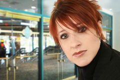 Geschäftsfrau außerhalb des Handels-Gebäudes lizenzfreie stockfotografie