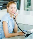 Geschäftsfrau auf Arbeitsplatz im Büro Lizenzfreie Stockfotografie