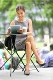 Geschäftsfrau auf Bruch im Park Stockbilder