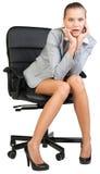 Geschäftsfrau auf dem Bürostuhl, schauend überrascht stockbild