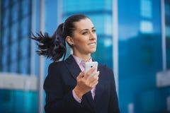 Geschäftsfrau, auf dem modernen Gebäudehintergrund Lizenzfreies Stockfoto