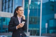 Geschäftsfrau, auf dem modernen Gebäudehintergrund Stockfotos