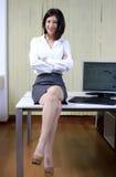 Geschäftsfrau auf dem Schreibtisch Stockbilder