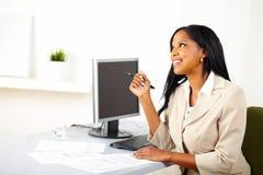 Geschäftsfrau auf der Arbeit, die oben schaut stockfotografie