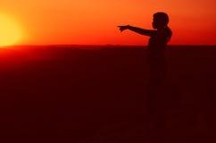 Geschäftsfrau auf die Hügeloberseite während des Sonnenuntergangs Stockfotos