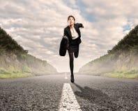 Geschäftsfrau auf einem Straßenlauf Stockfotografie