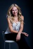 Geschäftsfrau auf einem Stuhl Stockfotografie