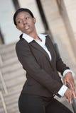 Geschäftsfrau auf einem Treppenhaus Stockfoto