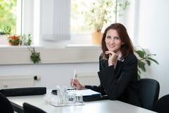 Geschäftsfrau auf einer Sitzung Lizenzfreie Stockfotos