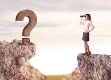 Geschäftsfrau auf Felsenberg mit einem Fragezeichen Stockbild