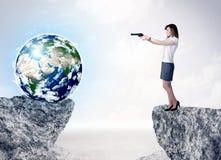 Geschäftsfrau auf Felsenberg mit einer Kugel Lizenzfreie Stockbilder